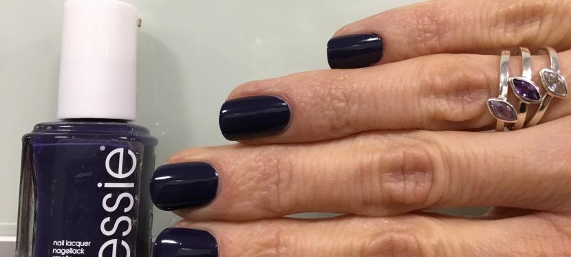 ESSIE No More Film, uñas en violeta-azuladooscuro